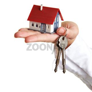 Hand mit Haus und Schlüsseln