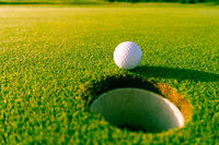 Golfball am Loch