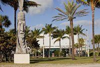 Totempfahl mit Indianergesicht vor der International Swimming Hall of Fame in  Fort Lauderdale