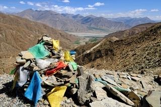 Tsangpo Fluss und Gebetsfahnen am Kampa La Pass Tibet