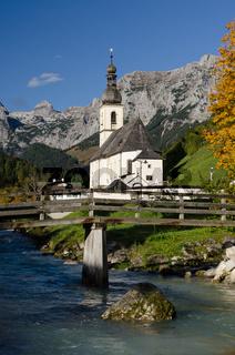 Kirche in Ramsau mit Bergen