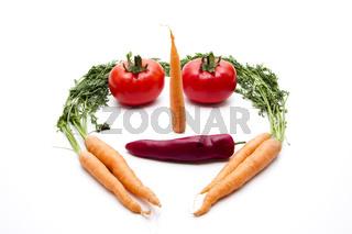 Gesicht mit Karotten und Tomaten