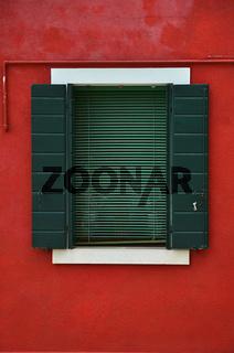 rote Wand mit gruenem Fenster