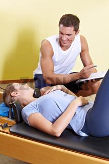 Fitnesstrainer erstellt Trainingsplan