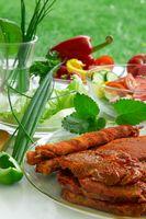 Grillgut und Gemüse.