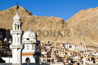 Die Stadt Leh in Ladakh, Nordindien, mit Moschee