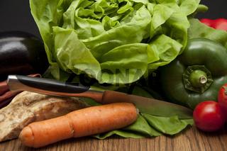 Frisches Gemüse mit Messer