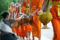 Reisübergabe beim buddhistischen Morgengang