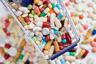 Arznei von oben im Einkaufswagen