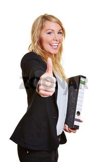 Geschäftsfrau hält Daumen hoch