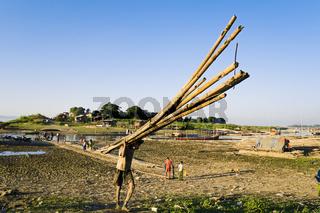 Lastentraeger am Ayeyarwady, Mandalay, Myanmar