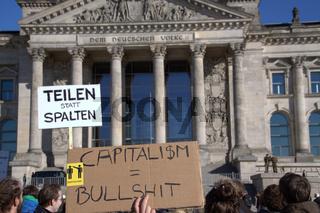 Protestdemonstration gegen die Bankenbranche am 15.10.2011 in Berlin. Neptunbrunnen/Alexanderplatz