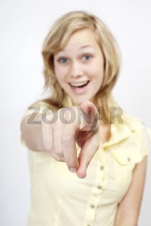 Junge Frau zeigt auf Dich