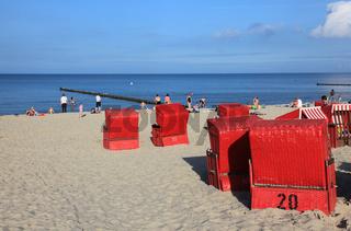 rote Strandkörbe auf der Ferieninsel Usedom,
