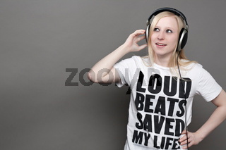Junge Frau mit Kopfhörern und bedrucktem T-Shirt