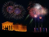 Feuerwerk mit griechischem Tempel