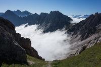 Ausblick vom Gipfel eins Berges auf Nebeldecke