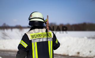 Feuerwehr Einsatz Wehrfüherer mit Axt