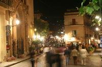 Cefalu in Italien bei Nacht