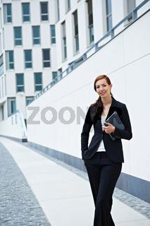 Geschäftsfrau vor Bürogebäude