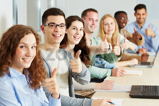 Viele Studenten halten Daumen hoch
