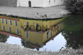 Maninga Burg Spiegelung im Burggraben