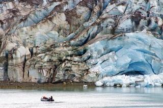 Boot und Gletschertor eines Gletschers