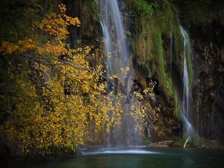 Wasserfall an einem See.