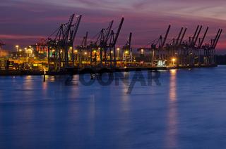 Nachtaufnahme des Hamburger Hafens