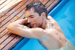 Entspannter Mann am Poolrand