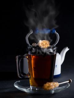 Ein Glas Tee mit Kandis Sticks