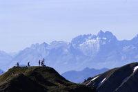 Blick über einen Berggipfel in die Schweizer Alpen