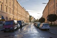 Parkende Autos auf nasser Strasse