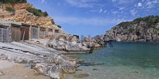 Bootshäuser in der Bucht Cala d´en Serra auf Ibiza (Spanien)