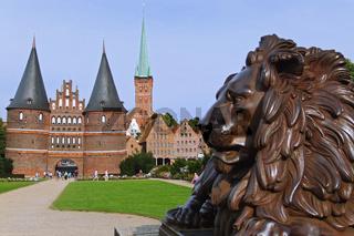 Löwenstatue und das Holstentor in Lübeck