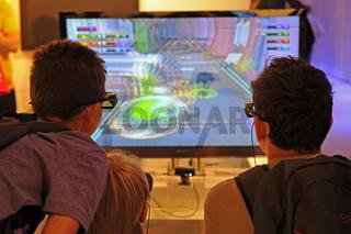 Jugendliche spielen 3D Spiele auf der Internationalen Funkausstellung in Berlin 2011, IFA, Berlin, Deutschland, Europa