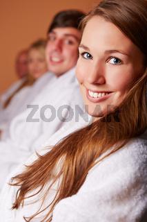 Attraktive Frau entspannt im Ruheraum