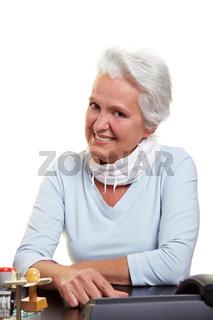 Seniorin am Arbeitsplatz