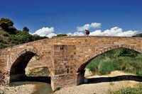 Spanien: Pilgerin passiert die Salado-Brücke