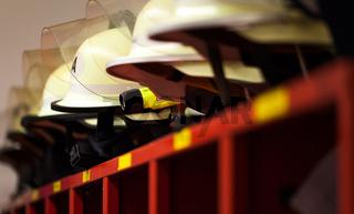 Feuerwehr Helme aufgereiht mit seitlicher Lampe