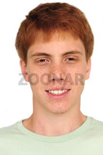 rothaariger junger Mann mit Sommersprossen