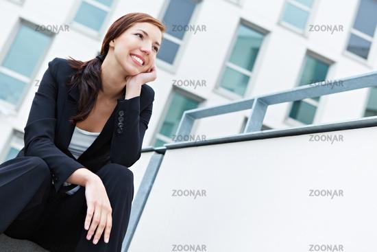 Lächelnde Geschäftsfrau schaut optimistisch