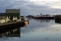 Hafen von Svolvaer mit Hurtigrute
