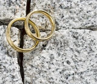 Eheringe auf Granit