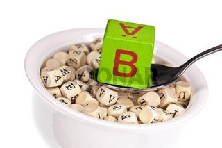 Vitaminreiche Alphabetsuppe zeigt Vitamin B