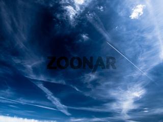 Aufregend, blauer Himmel mit Kondenzstreifen