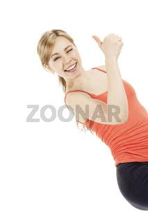 sehr glückliche sportlerin zeigt daumen hoch