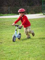 Bub mit Laufrad
