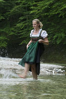 Frau in Tracht im Reichramingbach, Nationalpark Kalkalpen, Obersterreich, sterreich