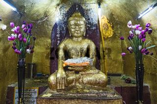 Mit Blattgold bedeckter Buddha in der Shwezigon Pagode, Nyaung U, Myanmar